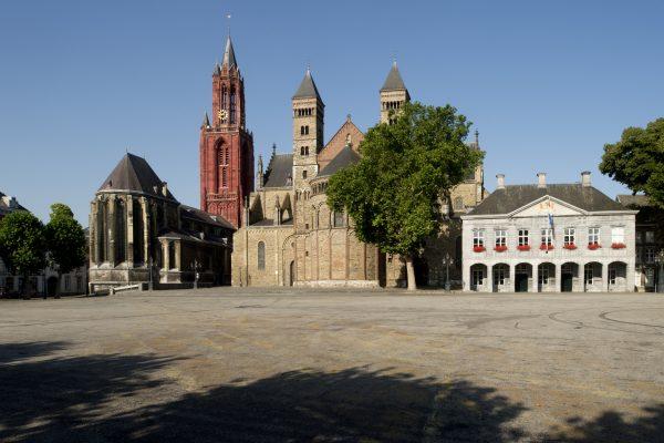 het Vrijthof in Maastricht met de st.janskerk,de sint-Servaasbasiliek en de Hoofdwacht